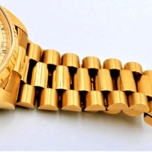 ブレスが伸びている時計